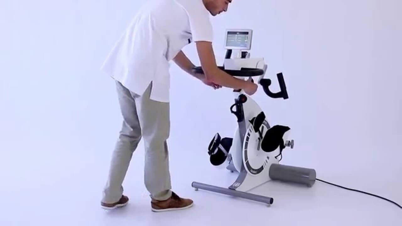 Un tratament constant cu bicicleta pasivo-activă ușurează spasmele, relaxează musculatura, îmbunătățește mobilitatea articulară și stimulează circulația sanguină. Prin mișcarea regulată, pacienții își pot reduce simptomele de oboseală, riscul de obezitate și de instalare a bolilor cardiovasculare sau osteoporozei. Kinevia Duo este un dispozitiv de nouă generație impunându-se prin flexibilitate, aparatul se adaptează oricărui pacient, putând fi efectuate o gama largă de setări, fiind utilizat în recuperarea medicală, recuperarea cardio-pulmonară, geriatrie etc. Exercițiile efectuate cu această bicicletă nu presupun un efort deosebit și sunt adaptate perfect pacienților cu scleroză multiplă imobilizați, persoanelor aflate în reabilitare după un accident vascular cerebral, paraplegie, tetraplegie, boala Parkinson, pacienților cu distrofie musculară sau pareze spastice, precum și bolnavilor de diabet, celor cu tulburări circulatorii, boală pulmonară obstructivă cronică (BPOC), celor aflați în recuperare post-operatorie a genunchiului, șoldului sau a umărului, sedentarism, aplicații geriatrice etc. Repetițiile frecvente ale unor mișcări uitate stimulează capacitatea de reorganizare a creierului și ajută la reînvățarea mișcărilor asociate mersului și utilizării membrelor și la reabilitarea funcțiilor zonelor afectate după un accident vascular cerebral, care pot fi preluate de zonele sănătoase. Antrenamentul activ al membrului superior sau inferior este important în tratamentul bolilor neuromusculare care se bazează pe terapie manuală și mișcare. Chiar și pacienții imobilizați într-un scaun cu rotile în urma distrofiei musculare pot contracara efectele negative ale lipsei mișcării printr-o mișcare pasivă cu ajutorul motorului bicicletei. Fizioterapia intensă, atât de necesară în cazul parezelor spastice, poate fi realizată cu ajutorul acestui aparat care atenuează spasticitatea, consolidează și relaxează musculatura, mobilizează flexibilitatea articulațiilor și ajută funcț